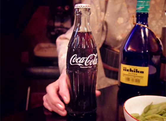 女性の常連さんが「焼酎のコーラ割り」を頼むと出てきた瓶のコーラがかっこいい