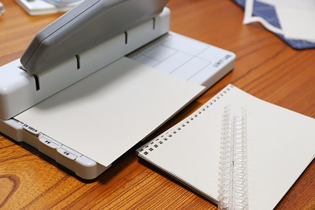 文房具力を駆使して、製本作業にかかります。