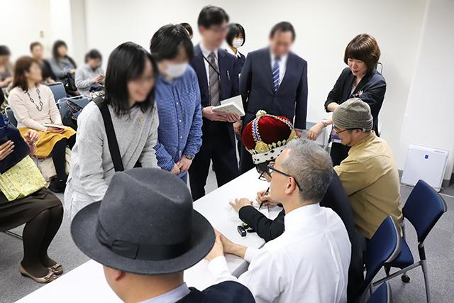 きだて(右端)の近くにいる女性が紀伊國屋書店の担当さん。列のさばき方が異様にプロい。