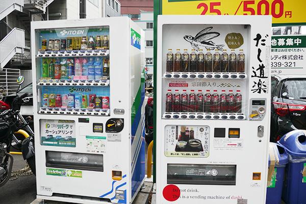 ペットボトルの『だし道楽』。コインパーキングの横に、普通の自販機と並んで設置されてた。