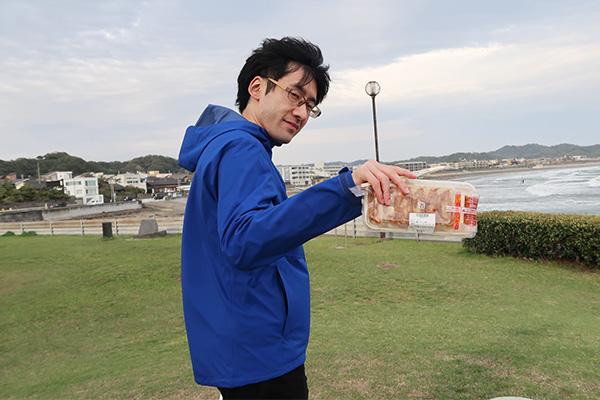餃子(ライター/北向ハナウタさん)。これからカードバトルでも始める気か、というようなポーズで。