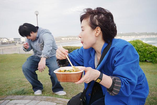 「だし」が風に飛ばされ、後ろにいた江ノ島さんの目に入るというハプニングも