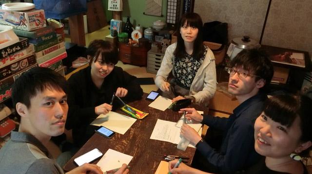 清書してもらうのは左からトルーさん、與座さん、井口さん、北向さん、ネッシーさん。