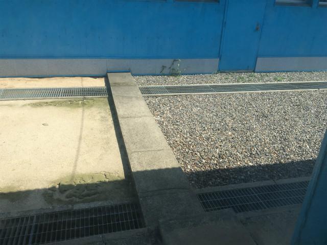 砂利のほうが韓国で、土の方が北朝鮮だ