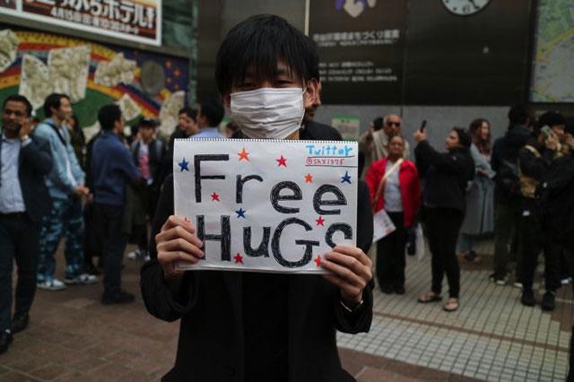 週末の渋谷の駅前ではフリーハグをやっている人がほぼ100%いる