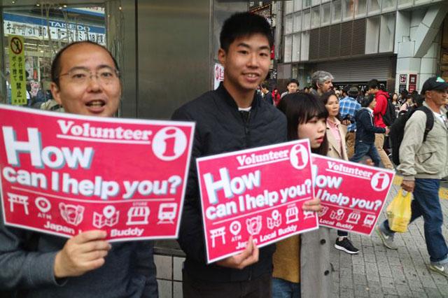 センター街前にはボランティア活動をしている人たちもいた