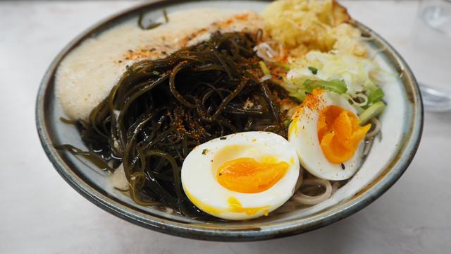 そしてたまねぎの天ぷらを選びでてきたやつ。卵も天ぷらになってないやつが載っていた。