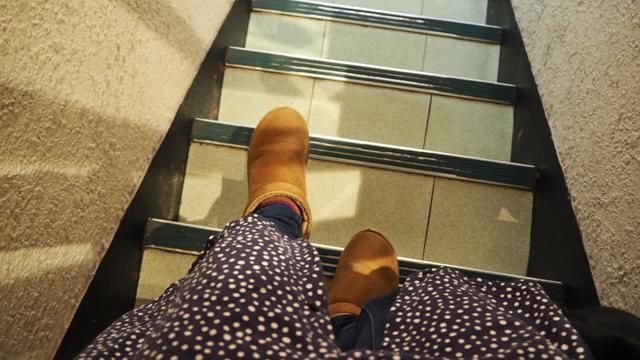 地下に続く階段を歩いて行くと