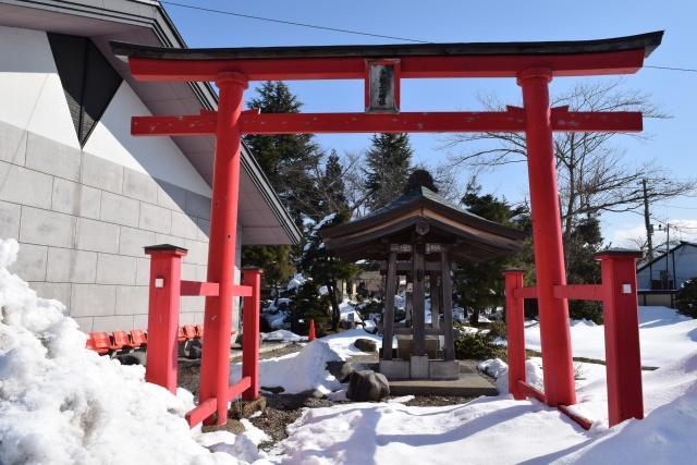 タワーの横には鳥居が立っている。雪深いため出羽三山分社や芭蕉庭園には入れず。残念