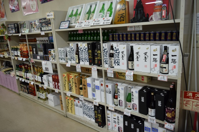 「出羽桜」など地酒もたくさん。今気がついたけど、棚の上に「地酒」と書かれた駒が。