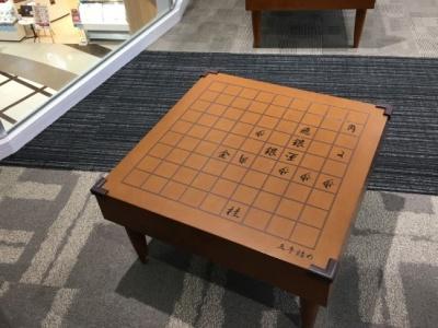 イオンモール天童には休憩スペースに詰め将棋があった。五手詰め。