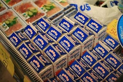 余談だけどミキは沖縄本島だけでなく、奄美諸島でも作られている。上の写真は奄美大島で作られている「花田のミキ」。牛乳パックに入っている。
