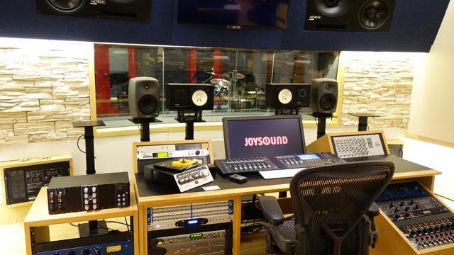ピアノ、ボーカルブースが分かれているすごいスタジオです