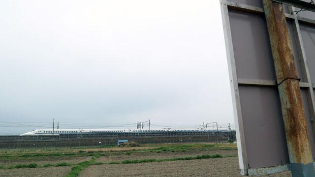 野立て看板から新幹線を見たところ(この記事から http://portal.nifty.com/2007/04/03/a/)