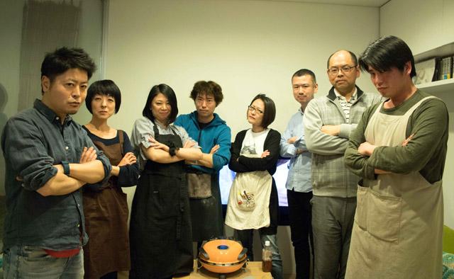 参加した精鋭8人の選手達。あくまで素人による遊びのイベントなので、プロの料理人は出場不可。
