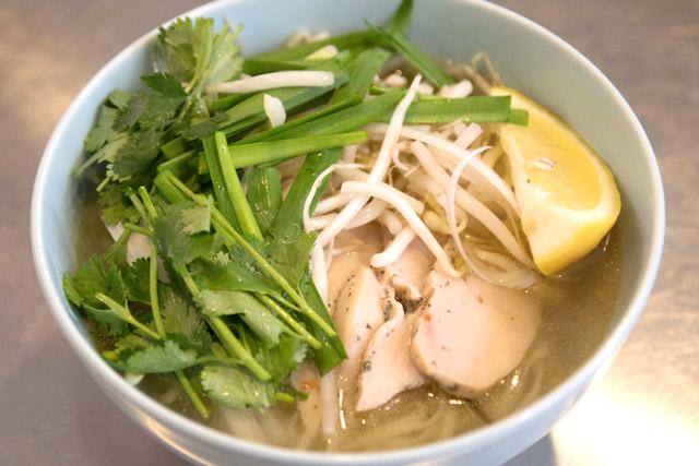 中華麺用の生地なのに、薄くして切り出すことで東南アジアの麺っぽくなっている!
