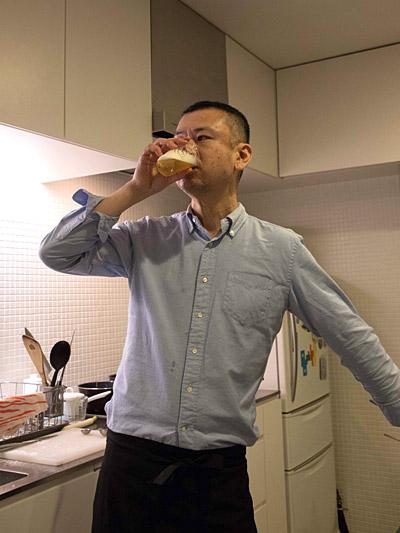 ナンプラーを出汁として使う男、ツジムラさん。のそ子さん以降、料理の途中でかっこよくビールを飲むというのがお約束になった。