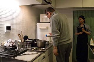 珍しく料理をすると言い出したお父さんと、それを心配そうに見守るお母さんみたいな写真。