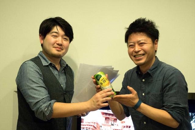 予想外の入賞に本気で喜ぶ小松さん。ちなみにプレゼンターは見た目がそれっぽいという理由だけで選んだ、ラーメン評論家っぽい友人。