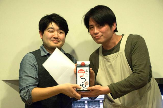 見事に連覇を達成したマダラさんには、創味のめんつゆをプレゼント。
