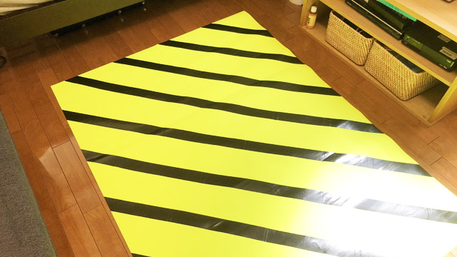 反射し過ぎて部屋全体が黄色くなっている