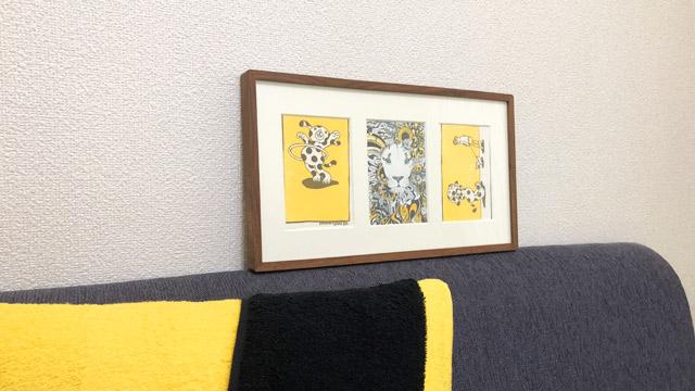 たまたま黄色と黒のポストカードが何枚かあったので飾る