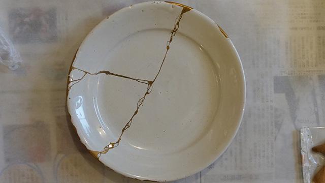 これが本物の金継ぎ。割れた陶器を漆を接着剤にしてくっつける