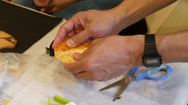 また、お煎餅同士をこすり合わせることでピッタリに近づく。これは本物の金継ぎでもできるのだろうか…