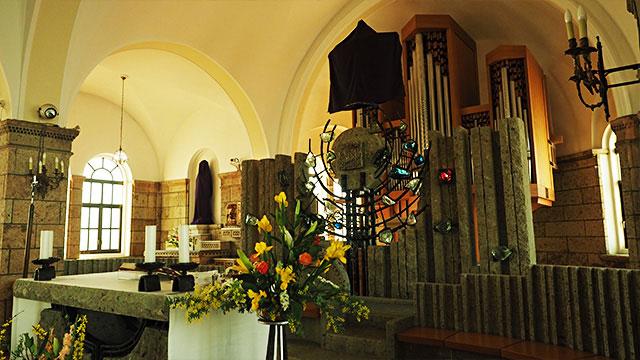 祭壇も大谷石。奥には立派なパイプオルガンがあって、これを目当てに来る人も多いのだとか。無料演奏会もたまにやるらしい。