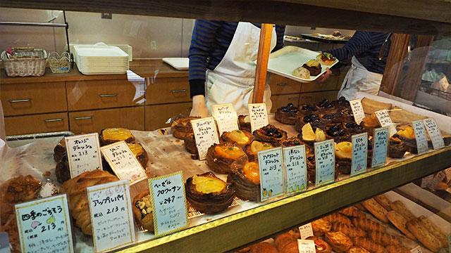 順番が来ると、ショーケースの端から端まで店員さんが一人ついてくれてパンをとってくれる。