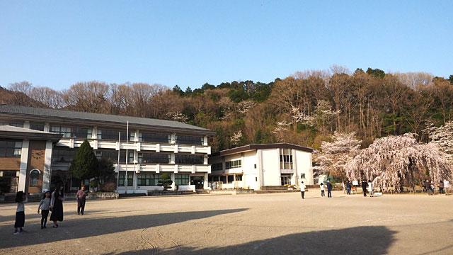 小学校の校庭が解放されていた。