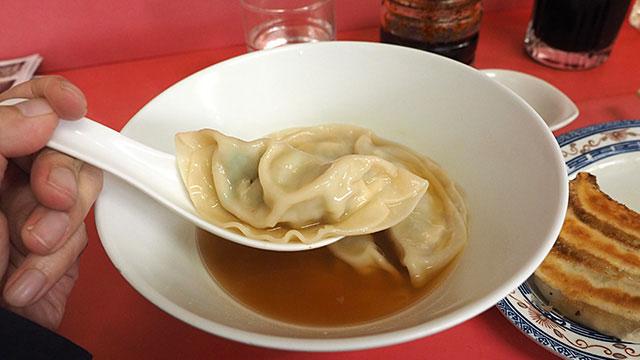 水餃子のスープも自分で醤油、ラー油、酢で調味するらしい。それぞれペロリ。