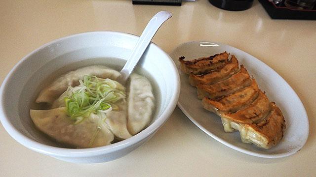 頼んだのはイベリコ豚の焼餃子(320円)と水餃子(270円)。