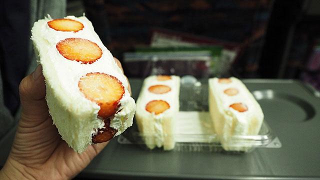 クリームが甘さ控えめで苺の美味しさが引き立つ。これは必食です。
