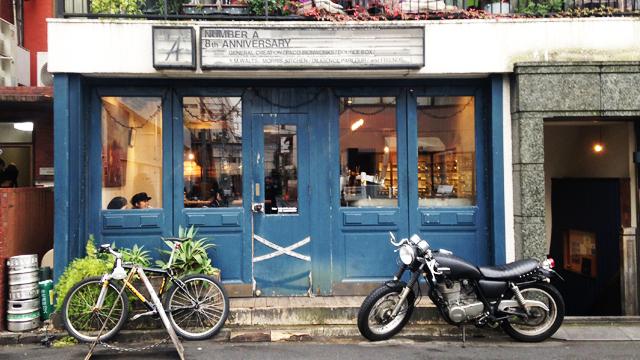 表参道の路地にある青い外観。内装やインテリアもフランスっぽくオシャレ