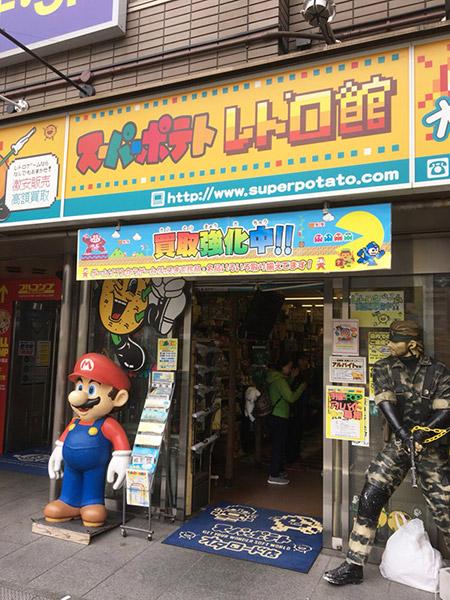 店内には海外の方も多く、ゲームウォッチを真剣な眼差しで見ていた