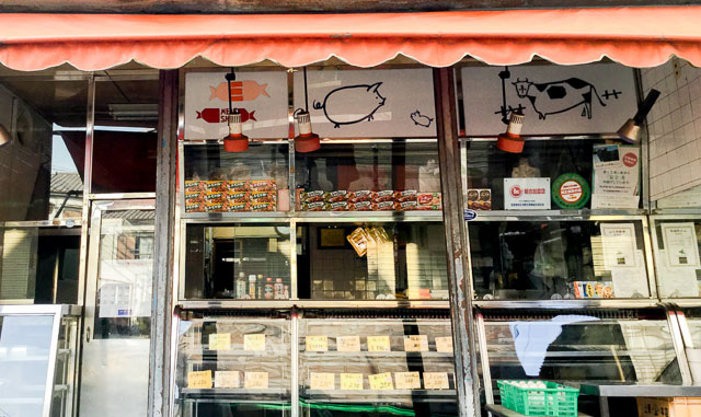 精肉店には複数の種族がいるケースが多い。こちらはウシとブタ。