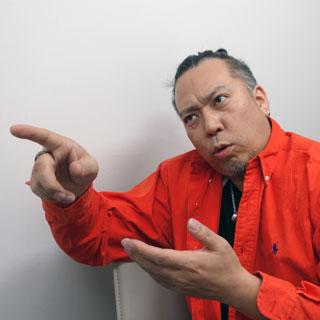 岡田さんは変なポーズを取る