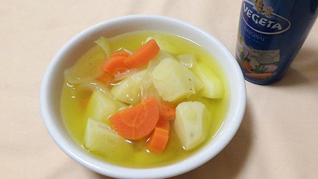 見た目はカレースープ。香りはハーブの効いたコンソメスープ