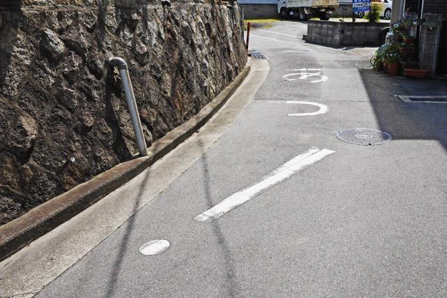 当サイトでは以前、大山顕さんが『地面に書かれた「あっ!」を見に行った』という記事を書かれていた。それをみて私も現場へ行ってみたのだが、これぞまさに「ザ・法定外標示」である