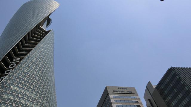 名古屋のビルはおしゃれだ。空も青い。
