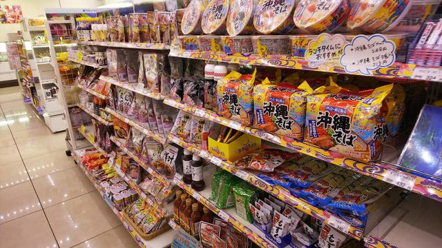 中に入ると沖縄の食べ物がずらりと並ぶ。