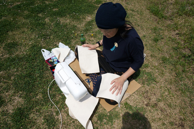黒いパンツが日光を容赦なく吸収するので、布でガードする。