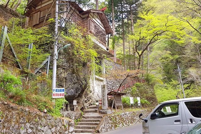 左上にある一石神社から登ります。登山届はネットで出しておきました。