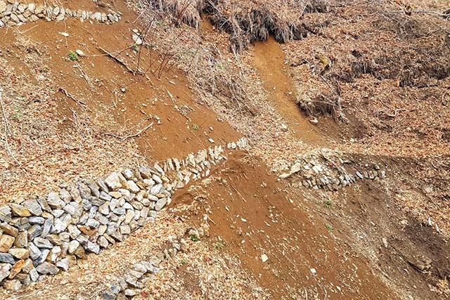 登山道が一部崩壊してます。滑落すると死ねるので注意して歩きます。