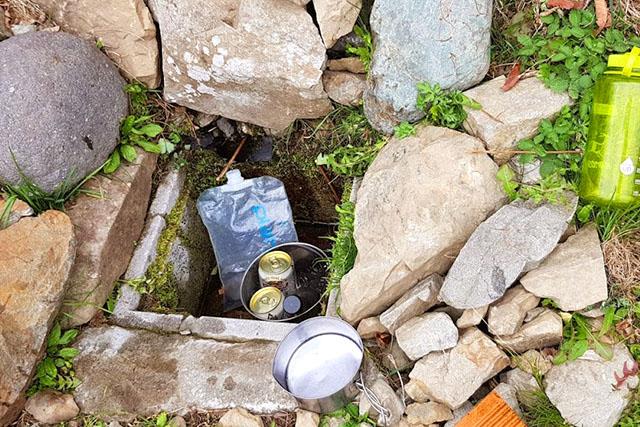 水場。酉谷避難小屋の水場は出が良いというイメージだったけどチョロチョロでした。ビールなどは先着の宿泊者が冷やしてたものです。