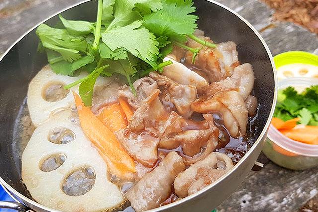 野菜を焼き、パクチーを添えて、ホルモンはタレで。