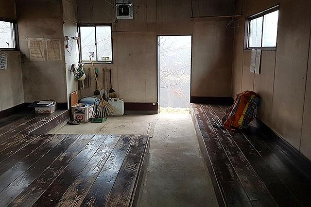 最後は床と土間を掃き掃除していきました。避難小屋はキレイに使いましょう。