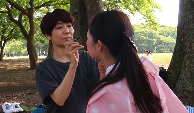 今回メイクを担当する五十嵐綾子さん。モダンバレエ を幼い頃からやっており、舞台メイクのプロである。