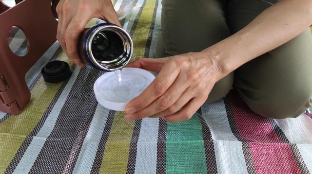 五十嵐さんがピクニック風に水筒を出した。水分補 給かと思いきや